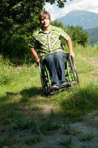 Rollstuhlfahrer auf der Wiese